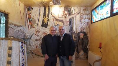 Padre Francesco Petrillo e Gianni Palombi nella nuova Cappella della Casa per ferie La Stella