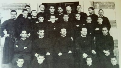Al centro un giovanissimo Padre Alceste